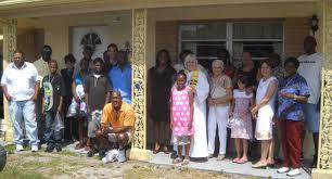 La Rvda Judy Lee, rodeada de la Comunidad del Buen Pastor, en Fot Myers. FL.