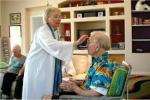 Manos sacerdotales, dando la unción de la salud y la vida.