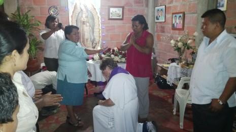 Delante de la Comunidad recibiendo la bendición de la Sabiduría matriarcal