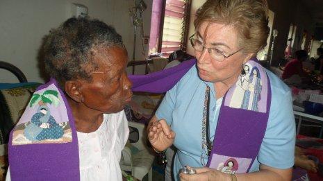 Dando la unción de la Salud y la Vida a la Señora Leonia