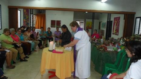 Preparando la mesa en compañía de Valentina (indigena paez)