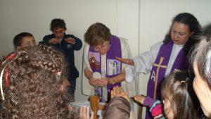Manos sacerdotales del Pueblo de Dios, en compromiso.