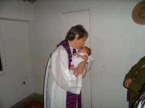 Manos sacerdotales, protegiendo, dando amor y ternura