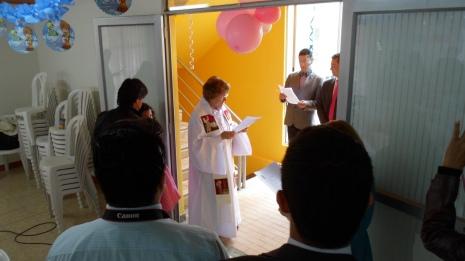 En la puerta de entrada, saludamos y damos la bienvenida al niño, padres y padrinos.