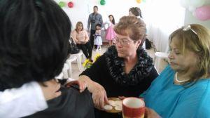 Las abuelas sirviendo la Eucaristía. Han sido ellas, las que han sembrado y cultivado la fe, desde sus hogares, enseñando los valores cristianos.