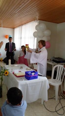 Con la Comunidad consagramos, damos gracias y entregamos nuestros dones a la Esencia Divina de la Vida