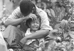 Campesino colombiano con su hijo, ante la violencia...