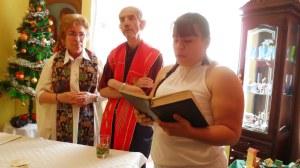 Mamá nos hace la lectura del Evangelio Juan 1:19-28