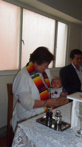 El pequeño Samuel, hijo de Ana y Ramiro empieza a sus tres meses a celebrar y compartir la Eucaristía.