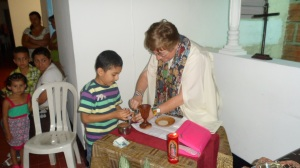 Celebrando la Eucaristía con los hijos de las pospenadas