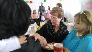 Las abuelas de la Comunidad sirven la Comunión, porque ellas han formado a sus hijos y nietos en la fe y principios cristianos.