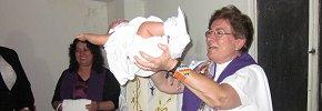En el Ofertorio, presentando la vida de la recién bautizada
