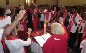 La obispa Bridget Mary celebrando unas confirmaciones en Fort  Meyers