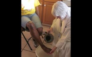 Rev Judy Lee en la Liturgia del lavatorio de los pies.