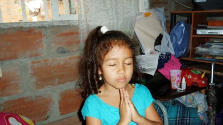 Dana Isabela orando por a la Divinidad por Margot.