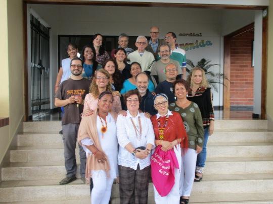 La foto del grupo, compuesta por líderes comunitarios, profesores/as universitarias, miembros de diferentes iglesias...