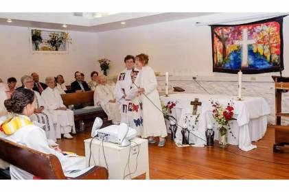 Rev Janice S. presentando a Olga Lucia Alvarez
