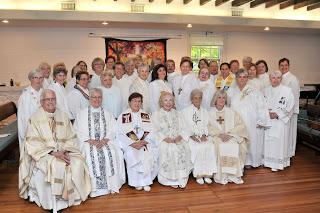 A la izquierda el Obispo co-celebrante Bernard Callahan, obispas celebrantes y comunidad ARCWP