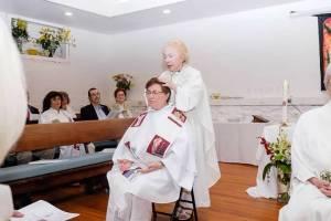 La obispa Presidenta Bridget Mary Meehan impone la manos.