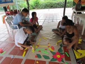 Los Jóvenes colaboraron ACTIVAMENTE en la Decoración del espacio del Encuentro.