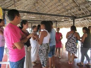 Dos de las abuelas y dos jóvenes reparten la comunión.