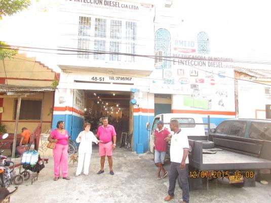 A la entrada del Taller que maneja Justi, con Mayito y otros compañeros.