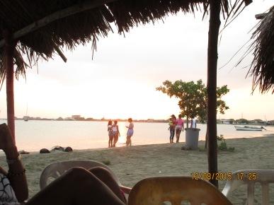 Los nietos de Mayito, a coger caracoles y a disfrutar de la hermosa tarde que nos hizo el Creador!