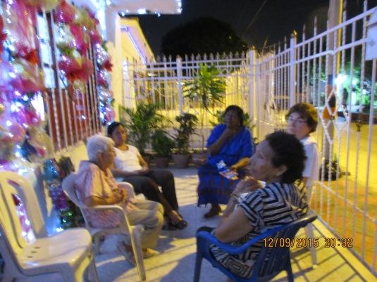 Acompañando a Mayito en la reunión con sus vecinas.
