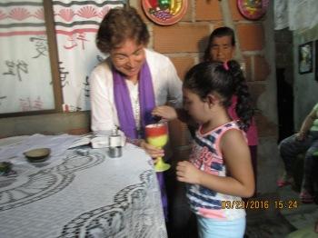 Marianita hecha el vino en el cáliz.