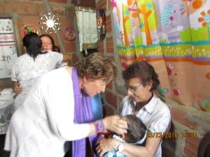 Dando el saludo de Paz a la Señora Ligia y su nieto.