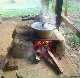 Nada como una rica comida hecha en el fogón de leña