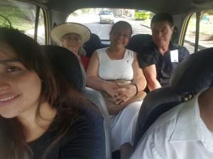 La familia de Lucero, regresa feliz después imponer sus manos en el Diaconado.