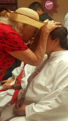 La Señora Ana, impone las manos a su hija Lucero, en el diaconado. Octubre 17/15