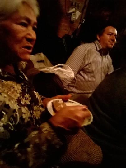 Terminada la Eucaristía,la familia sigue celebrando y nos ha ofrecido compartido una rica comida, hecha con productos de la huerta que cultiva la Señora Anita, cocinada en el fogón de leña, dándole un sabor excepcional a la comida, y el toque de nuestro ancestros campesinos.