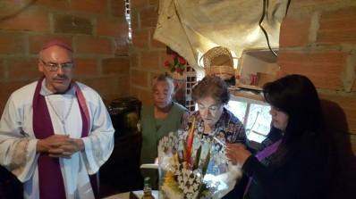 Damos inicio a la Eucaristía: concelebramos con el obispo Rodrigo, Olga Lucia y Lucero (diacona)