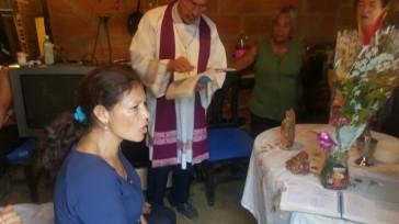 Nos acompaña el Obispo Rodrigo Montoya, y el Pueblo inicia los cantos.