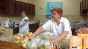 las señoras Gloria y Maria Elena voluntarias de Corposervimos organizando los mercados.