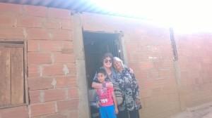Hemos llegado a la casa de la Señora Anita, la mamá de Lucero. Nos acompaña Alejandrito
