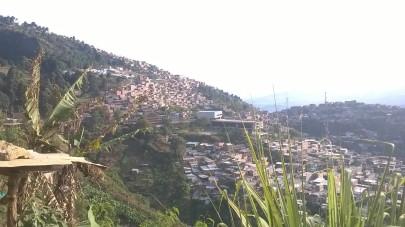 Estamos en la parte más alta de la casa desde donde se puede divisar los barrios aledaños, por donde hemos pasado, antes de llegar a la casa.