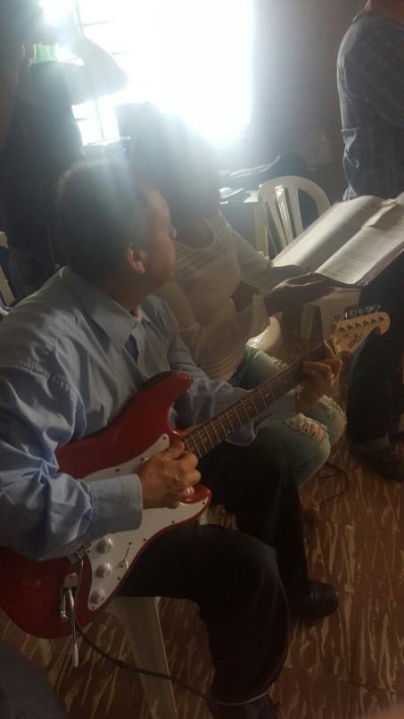 Evelio su marido, toca la guitarra y Sonia su hermana ,canta las Letanias