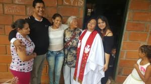 Lucero Arias con su mamá, Sonia y un hermano a la (izquierda y su hija a la derecha.