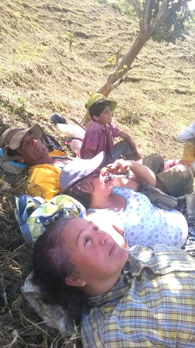 Lucero y campesinos hacen un alto en la jornada para reponer fuerzas y disfrutar la vida.