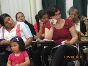 Lizeth Prieto miembra del CEDEBI, con su pequeña Violeta, en participación activa.