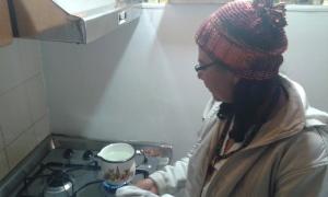 Blanca, preparando un cafecito.