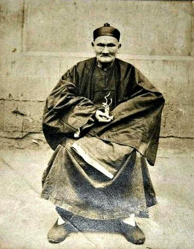 El maestro taoísta Li Ching-Yuen fotografiado en Wanxian, Sichuan, en 1927.